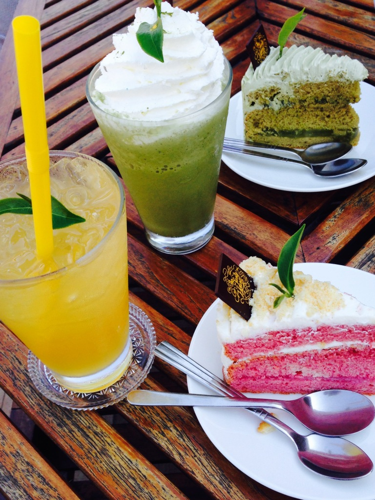 Cakes and drinks at Choui Fong Tea Plantation Chiang Rai